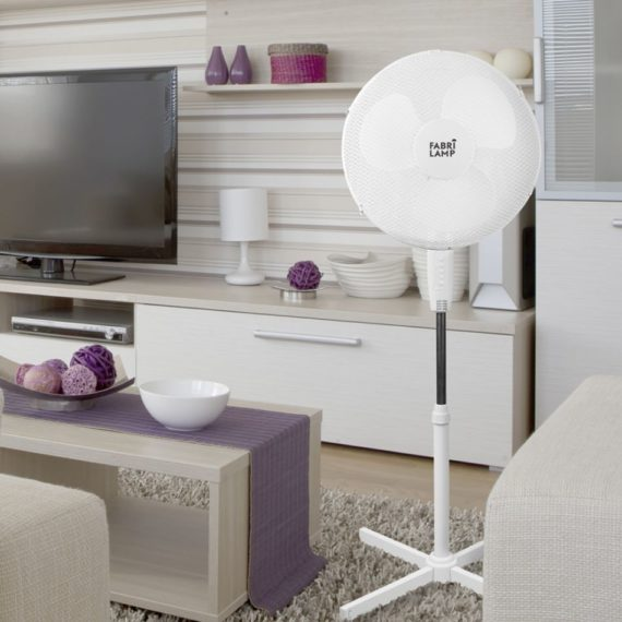 ventilador de pie altano blanco en salon oscilante y dos posiciones fijo y rotatorio